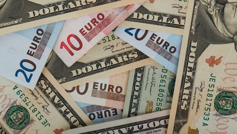 Что лучше купить в 2019 году: доллары или евро